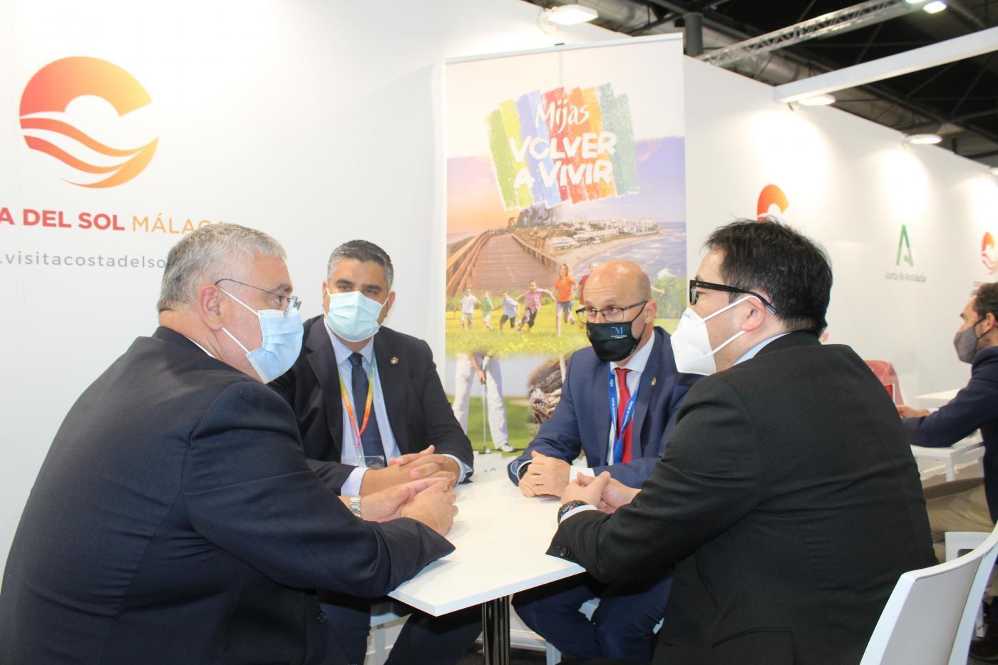 El alcalde y el edil de Turismo se reunieron en Fitur con empresarios y turoperadores nacionales e internacionales.