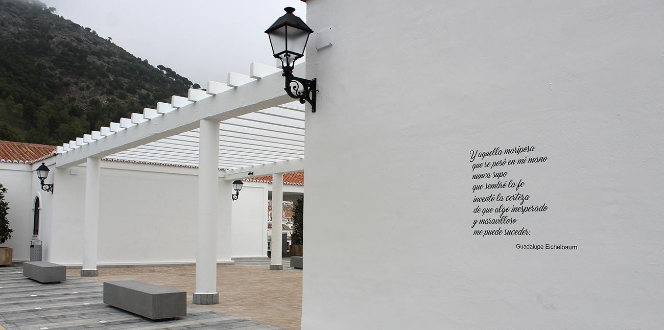 Versos en la fachada del parking de Mijas Pueblo.