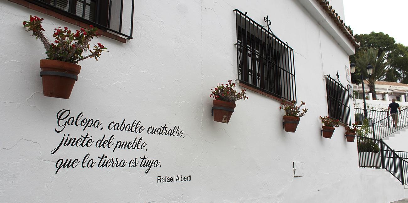 Poema en la fachada de la biblioteca municipal de Mijas Pueblo.