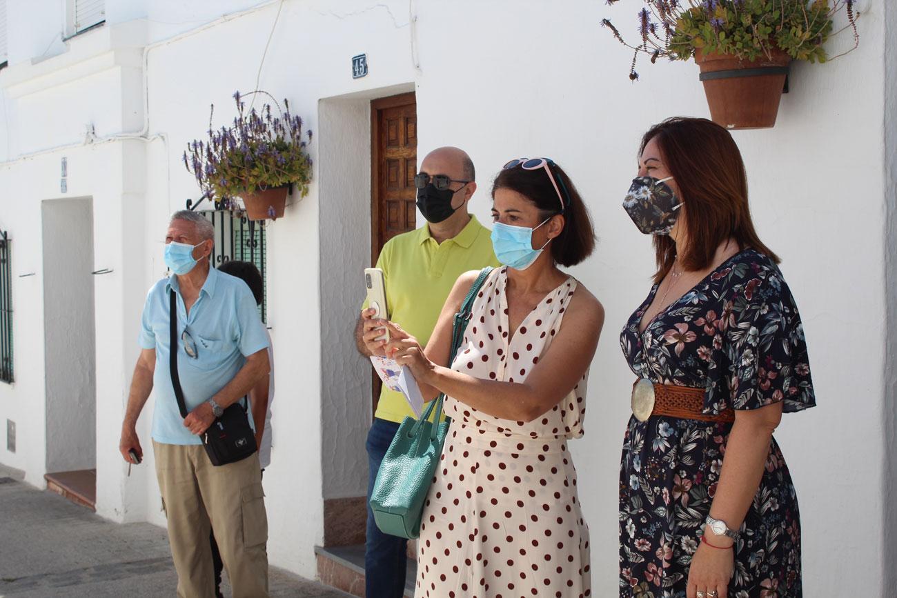 La autora de uno de los versos, Beatriz Russo (3ª por la izq.), junto a la concejala de Cultura, Verónica Ensberg, y el concejal Hipólito Zapico.