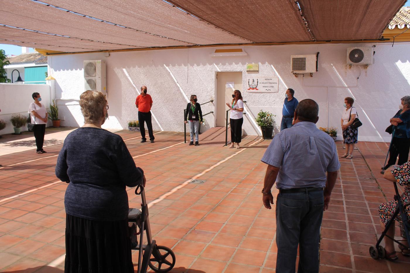 Los mayores han realizado su primera actividad grupal en el patio del Hogar del Jubilado de Las Lagunas.