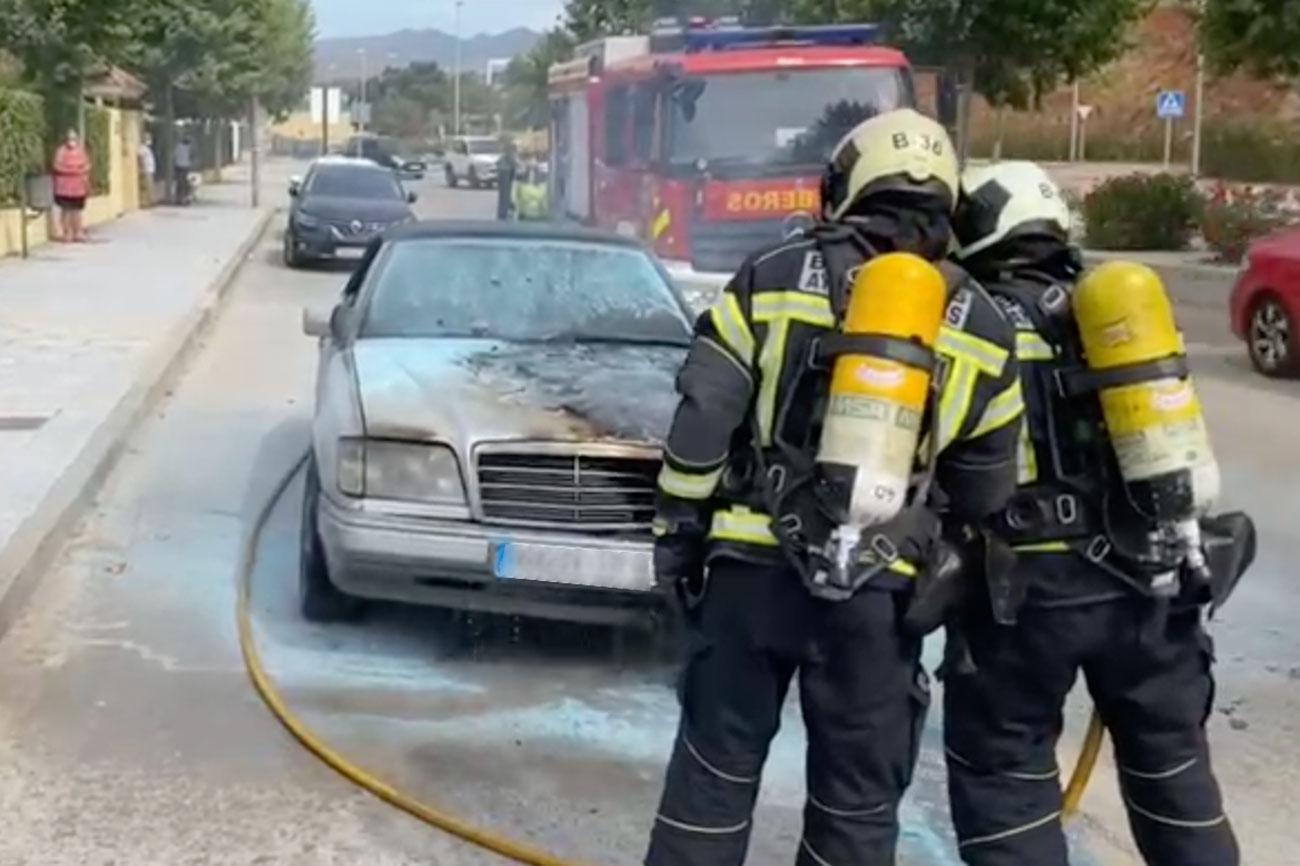 Efectivos de Bomberos Mijas extinguiendo el incendio.