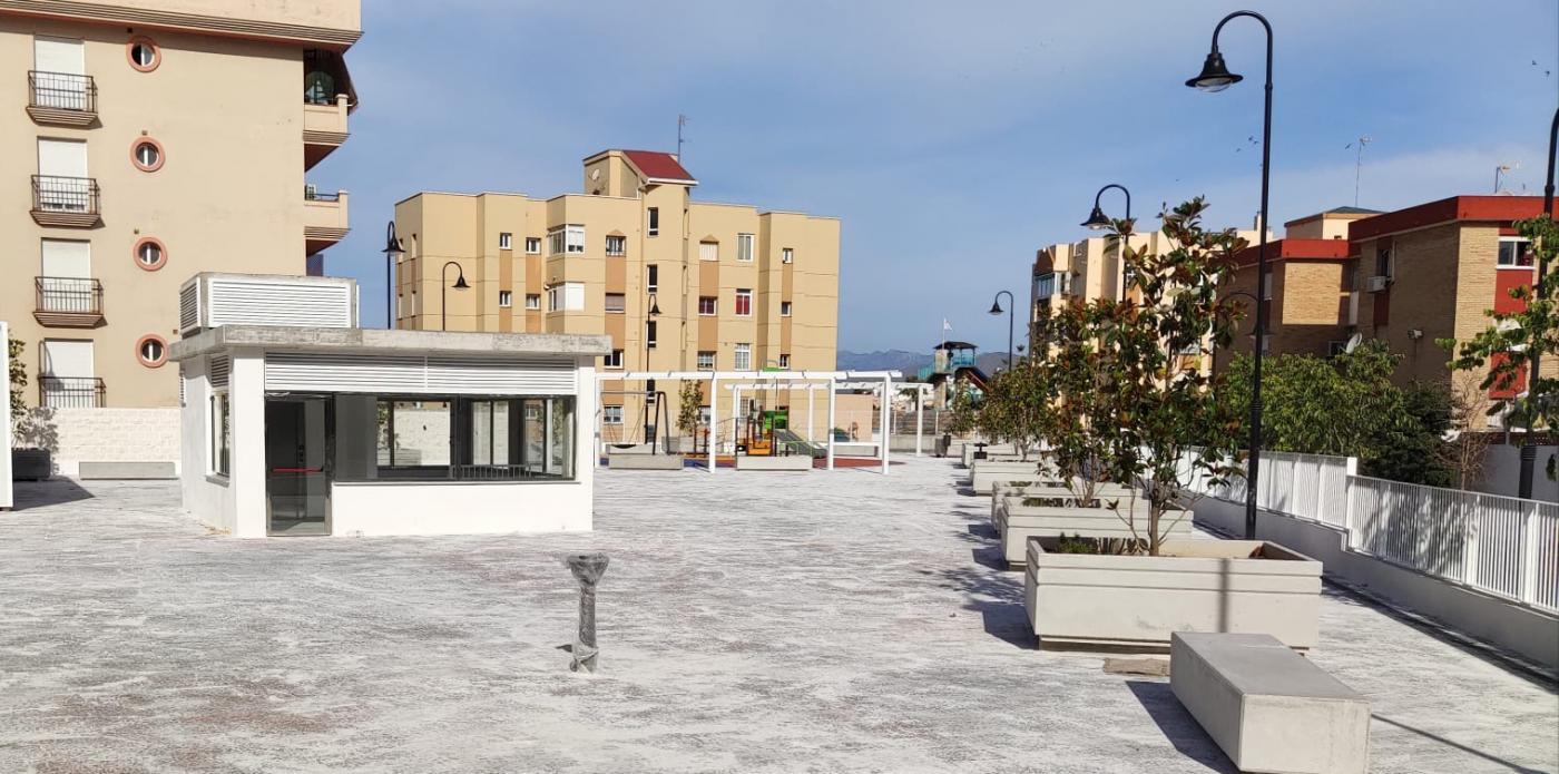 Sobre el parking se ha creado una amplia zona de esparcimiento para los vecinos.