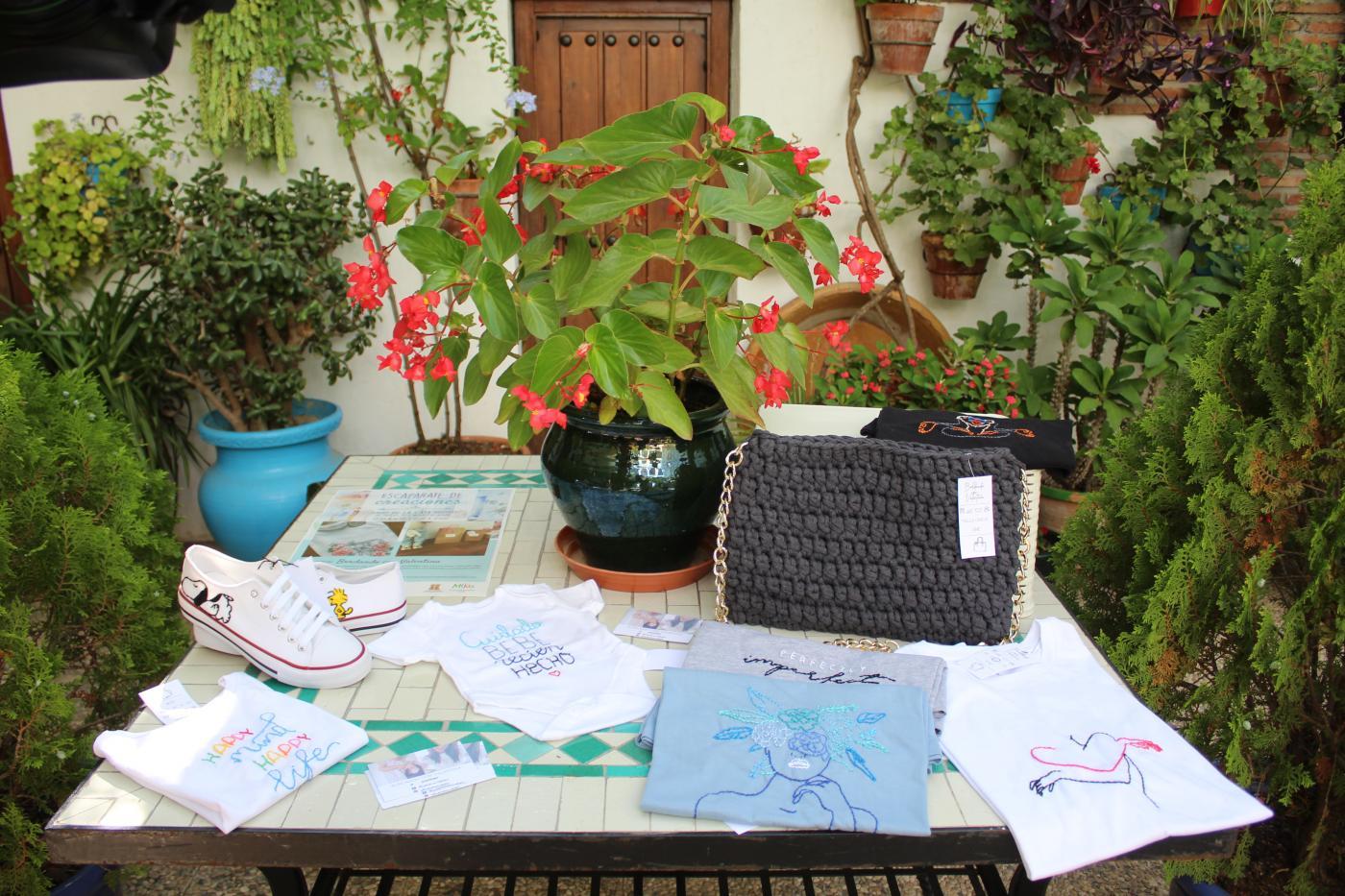 La artista plasma sus bordados en prendas de vestir y otros artículos textiles.