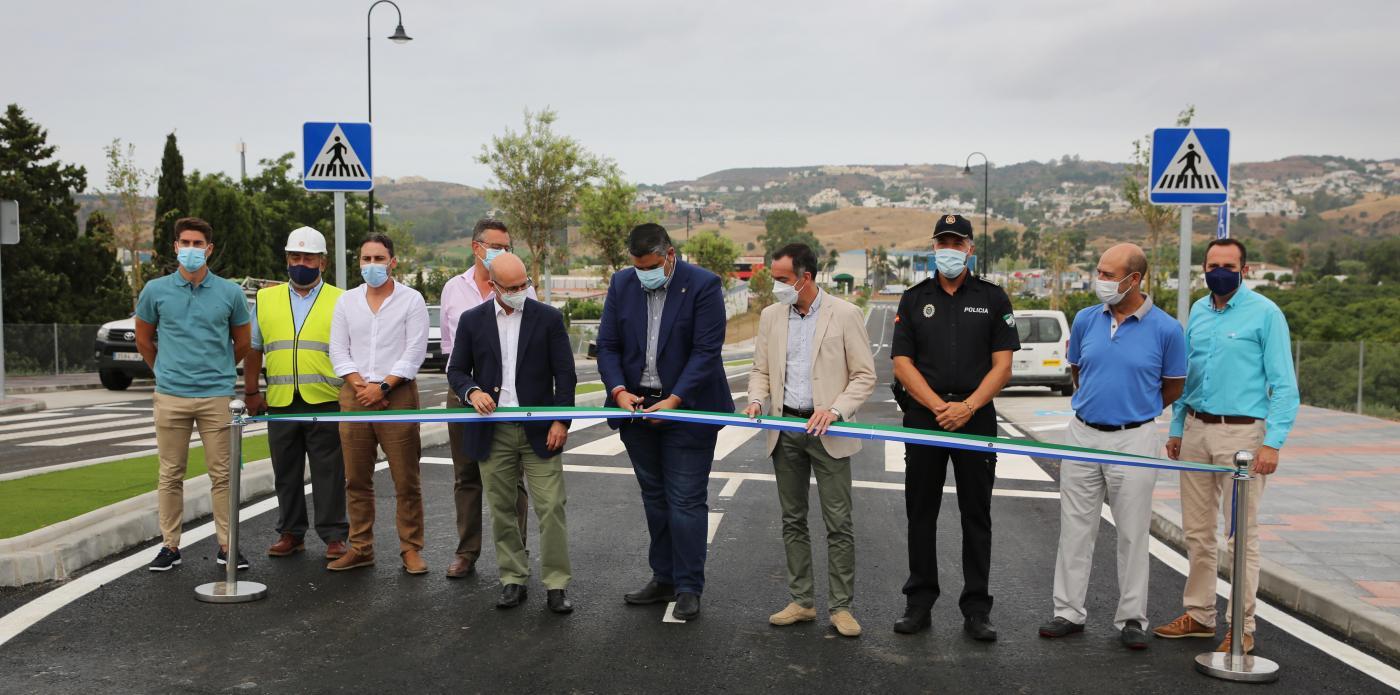 El alcalde de Mijas, Josele González, junto al edil de Infraestructuras y Obras y el de Urbanismo, José Carlos Martín y Andrés Ruiz, respectivamente, inauguraban el vial.