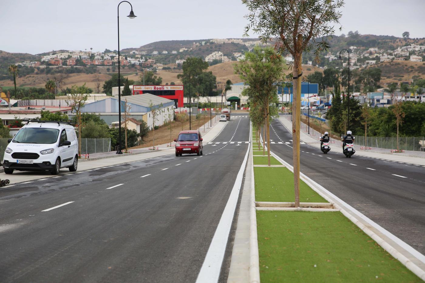 La avenida cuenta también con aceras de casi tres metros en cada lado así como aparcamientos en línea de dos metros.