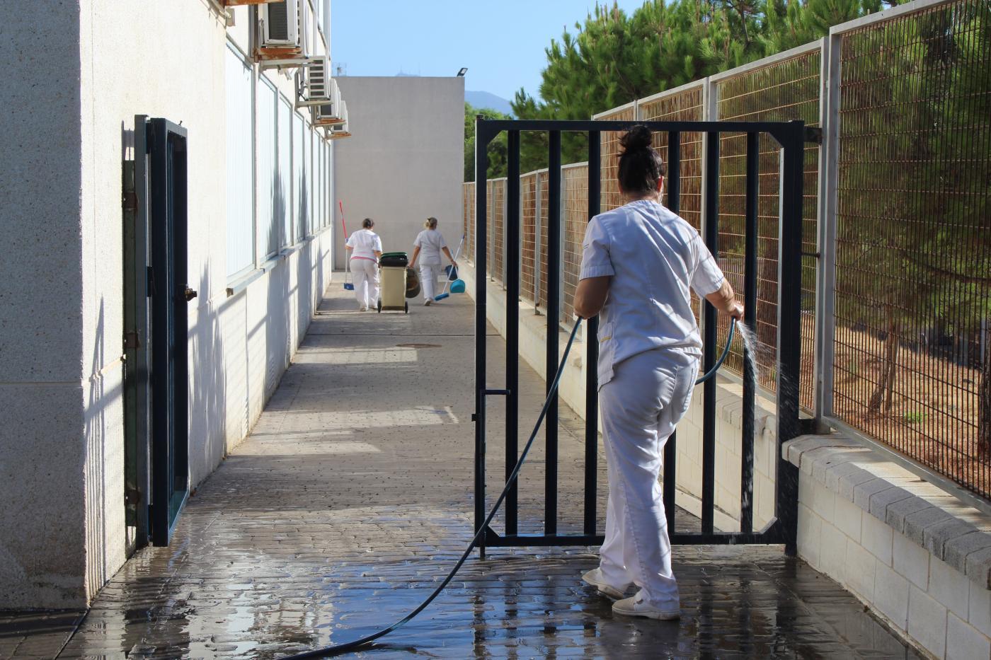 Para estas tareas se emplean productos desinfectantes, mangueras a presión y camiones cisterna.