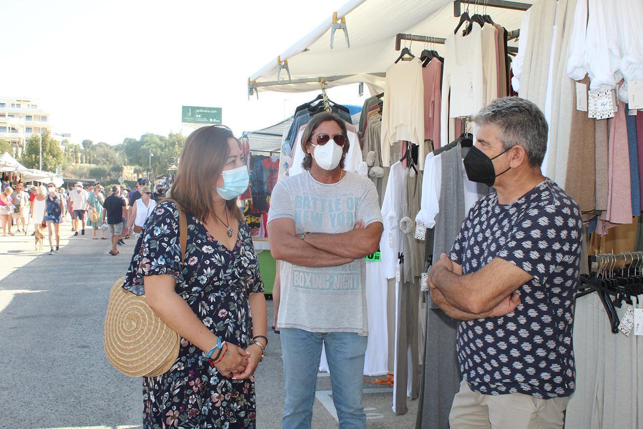 La edil Verónica Ensberg conversa con el presidente de la Asociación de Vendedores Ambulantes de Mijas, José Antonio Cárdenas (dcha.) |