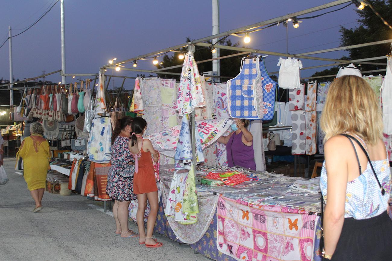 El mercadillo nocturno se ha celebrado las noches de los miércoles y sábado de julio y agosto |