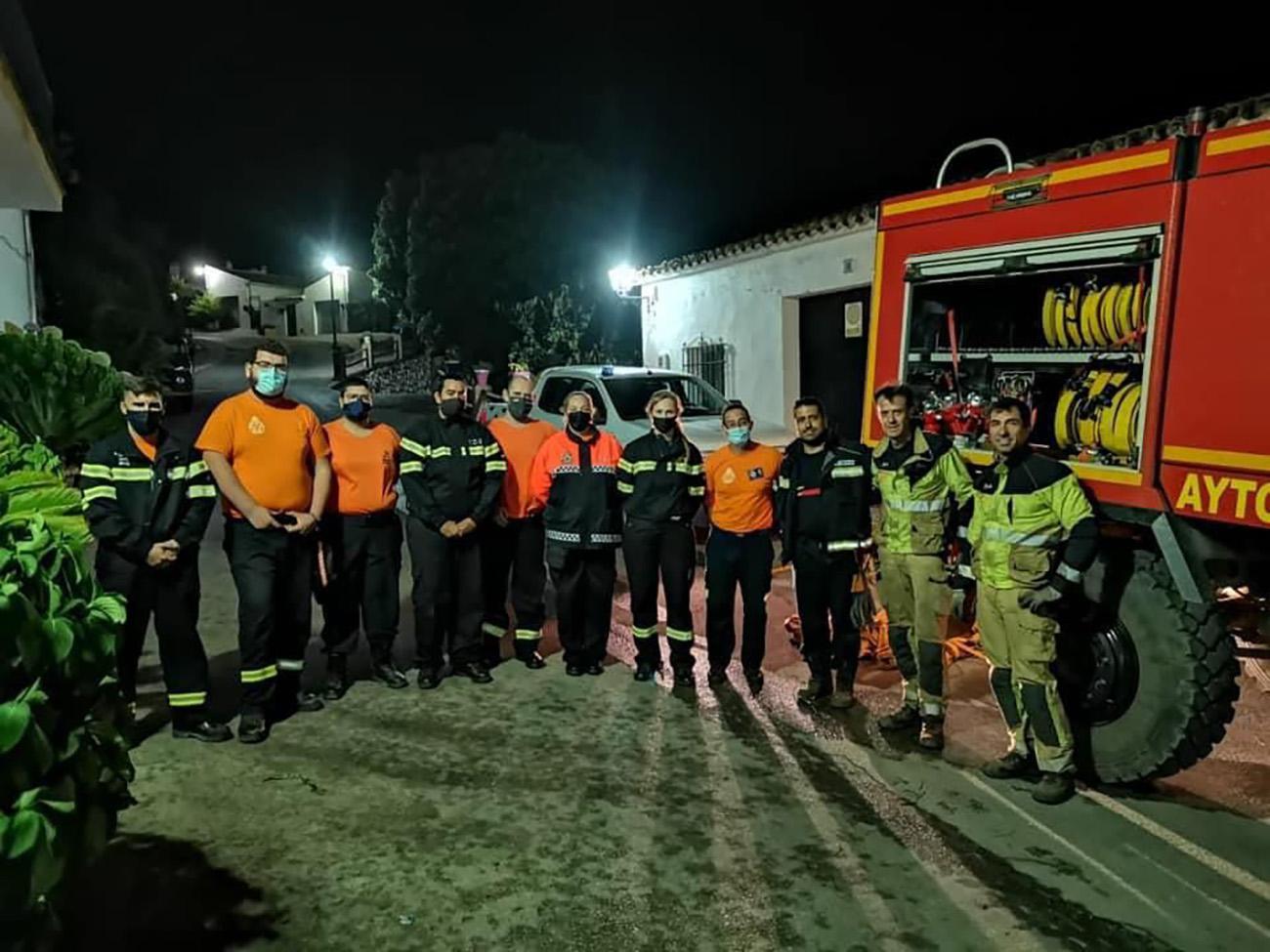 El equipo de Protección Civil y de Bomberos Mijas en la zona del incendio.