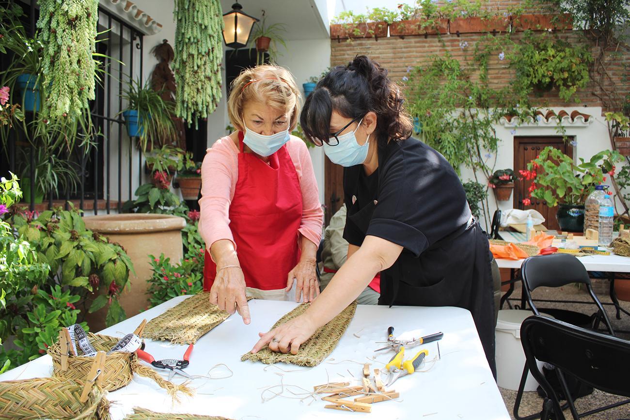 La artesana Sonia Lekuona junto a una de las alumnas  
