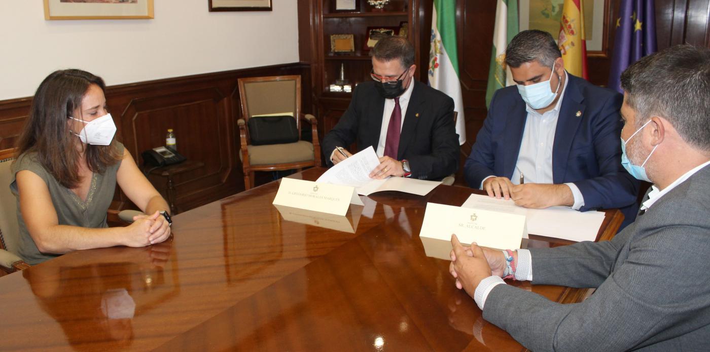 El alcalde y el representante de Correos han firmado el convenio en el Ayuntamiento.