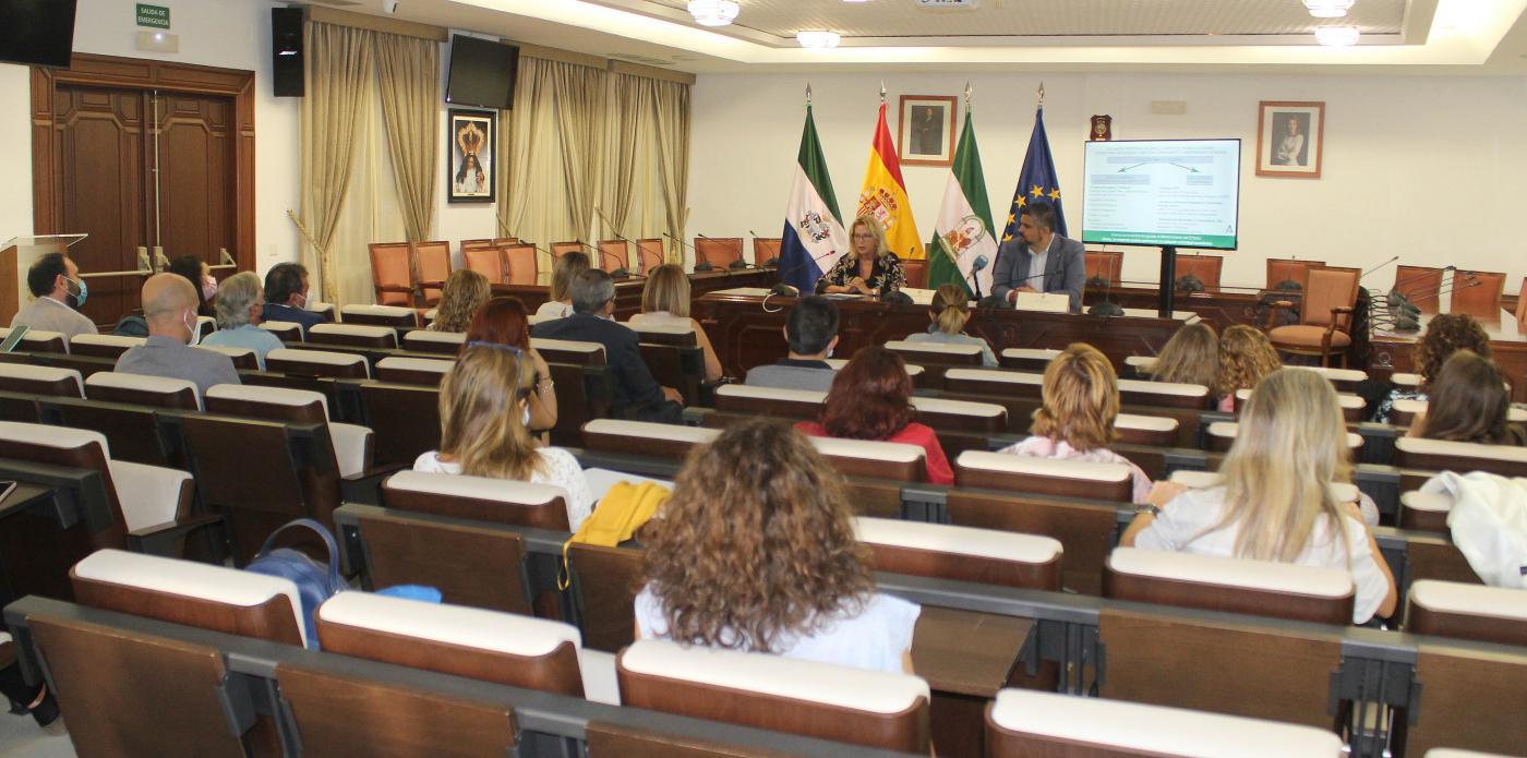 La delegada de Empleo de la Junta ha presentado las ayudas en el Ayuntamiento de Mijas.